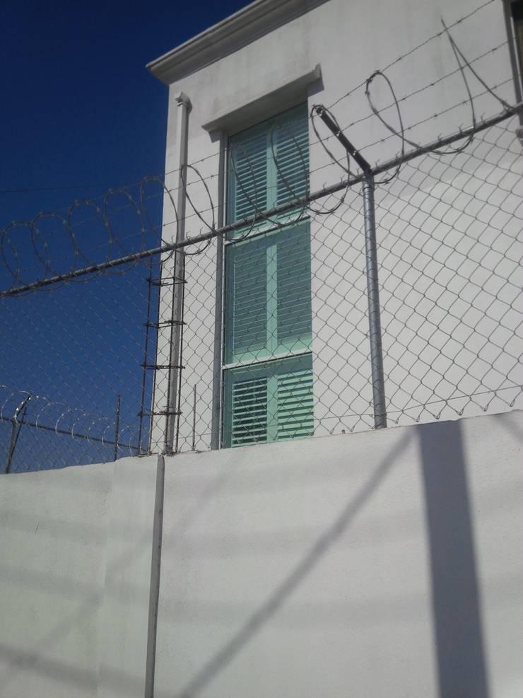 Vistoso desde fuera..: Casas de estilo  por Persianas tijuana online