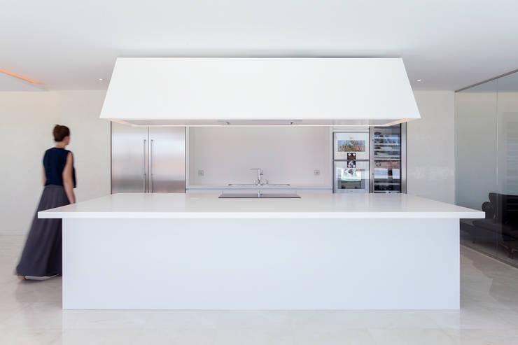 MORADIA ESTORIL: Cozinhas  por fernando piçarra fotografia ,