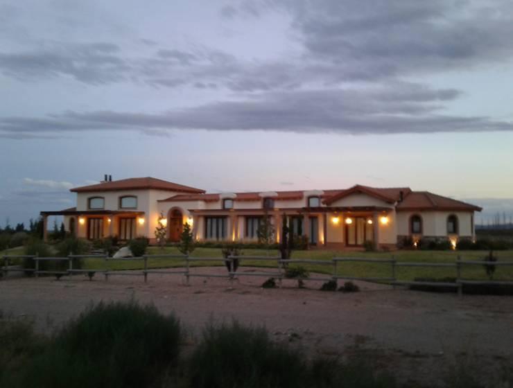 Vivienda en Algodon Wine Estates - Lote E12: Casas de estilo rústico por Azcona Vega Arquitectos