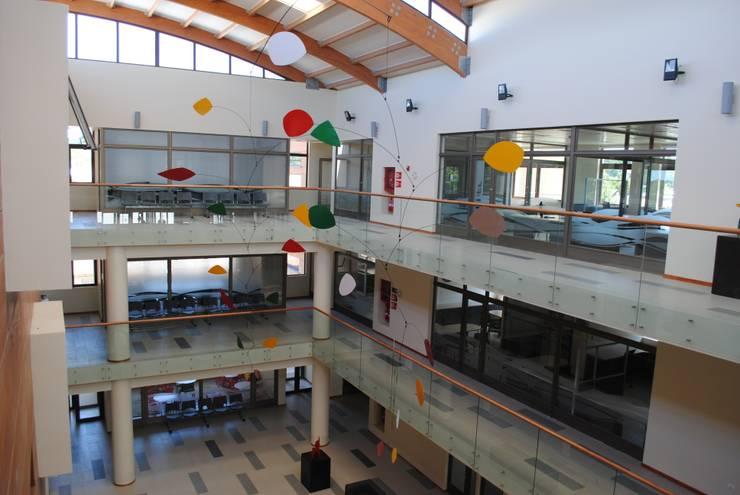 Móvil aéreo hall principal: Arte de estilo  por Brito Arte y Diseño