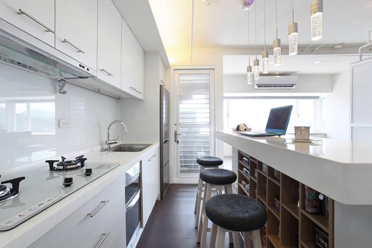 Cocinas de estilo moderno por 直譯空間設計有限公司
