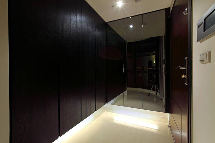 Corridor & hallway by 直譯空間設計有限公司,