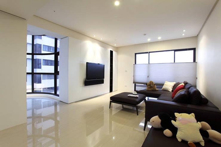Living room by 直譯空間設計有限公司,