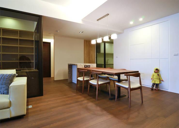 竹北 富宇富玉 謝宅:  餐廳 by 直譯空間設計有限公司