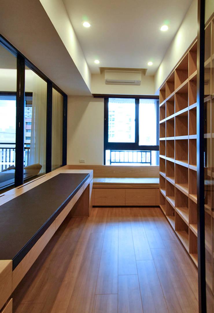 Arbeitszimmer von 直譯空間設計有限公司