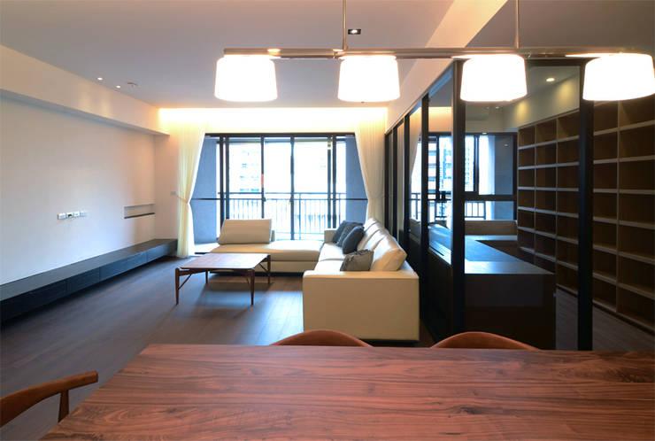 Wohnzimmer von 直譯空間設計有限公司