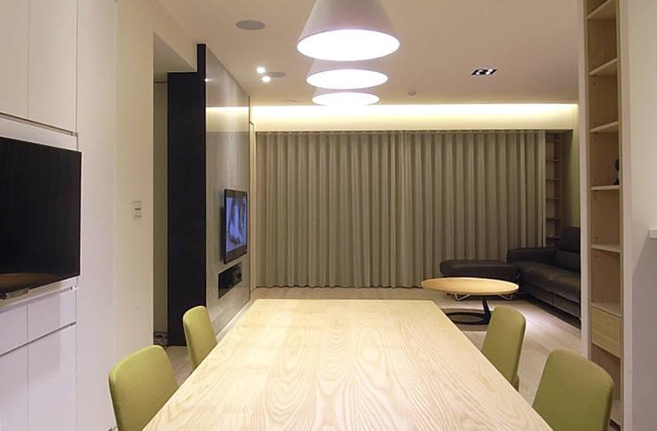 台北 大學之道 周宅:  餐廳 by 直譯空間設計有限公司