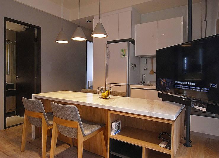 minimalistic Living room by 直譯空間設計有限公司