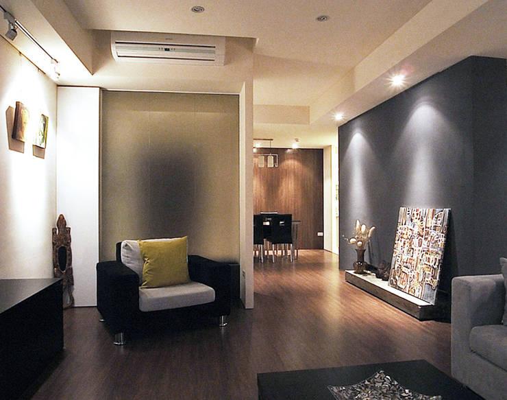 林口 瑞士花園 林宅:  客廳 by 直譯空間設計有限公司