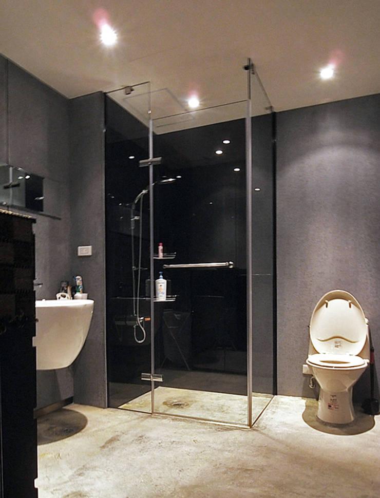 林口 瑞士花園 林宅:  浴室 by 直譯空間設計有限公司