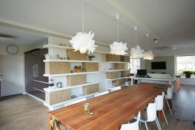 por KleurInKleur interieur & architectuur , Moderno