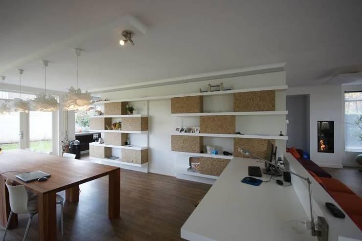 wandkast:  Woonkamer door KleurInKleur interieur & architectuur