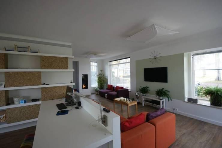 zithoek met modulaire bank:  Woonkamer door KleurInKleur interieur & architectuur