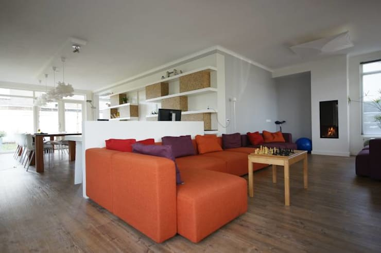 zithoek met modulaier bank:  Woonkamer door KleurInKleur interieur & architectuur
