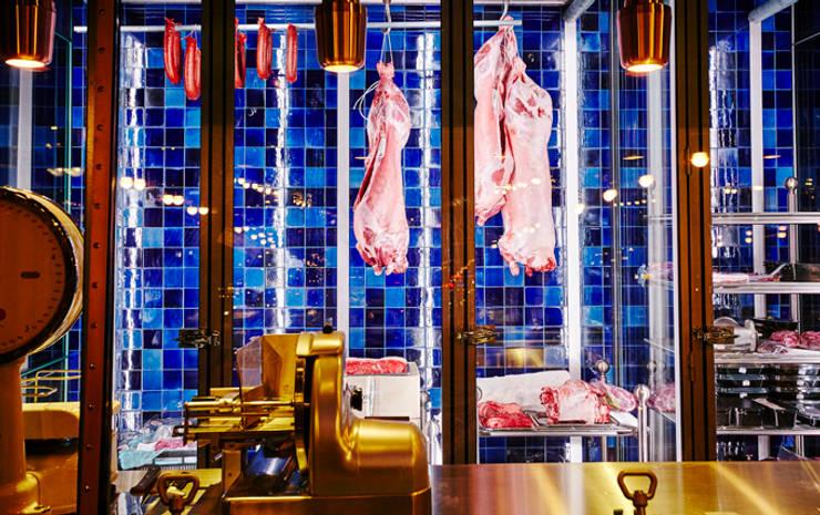 Blauwe achterwand:  Gastronomie door Harlinger Aardewerk en Tegelfabriek