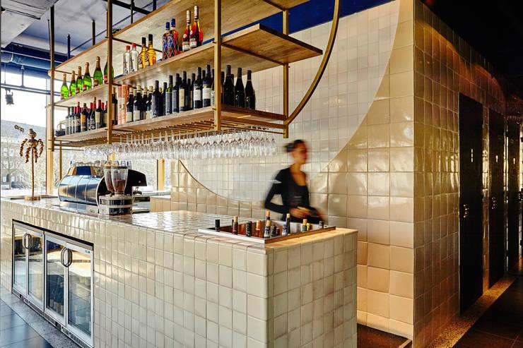 Handgemaakte tegels in de bar:  Bars & clubs door Harlinger Aardewerk en Tegelfabriek