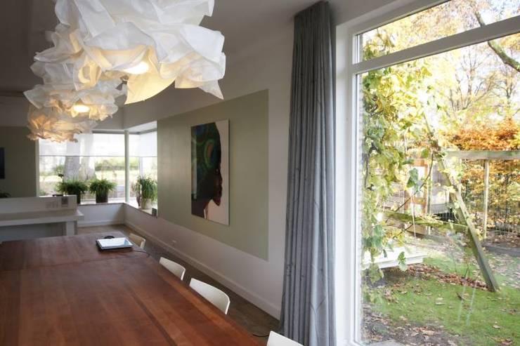 zicht op tuinwand:  Woonkamer door KleurInKleur interieur & architectuur