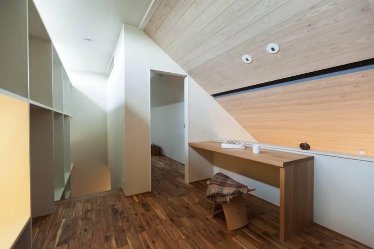 Salas multimedias de estilo  por Mimasis Design/ミメイシス デザイン,