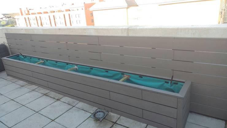 Revestimiento y jardinera de madera sintética: Balcones y terrazas de estilo  de La Patioteca