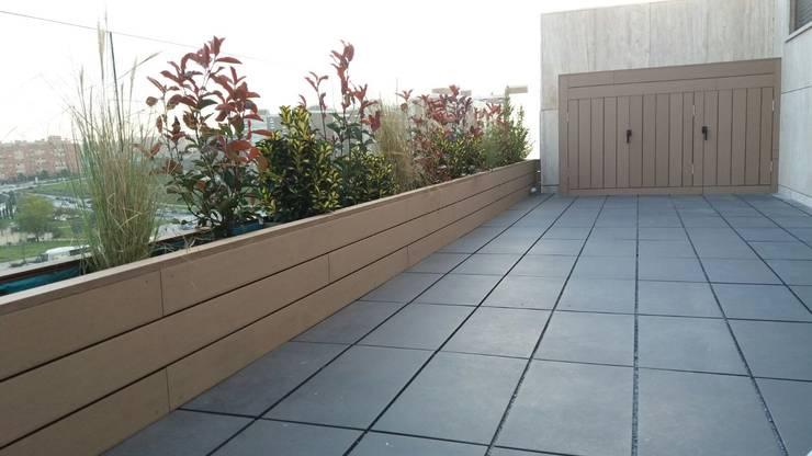 Jardinera imitación madera: Balcones y terrazas de estilo  de La Patioteca