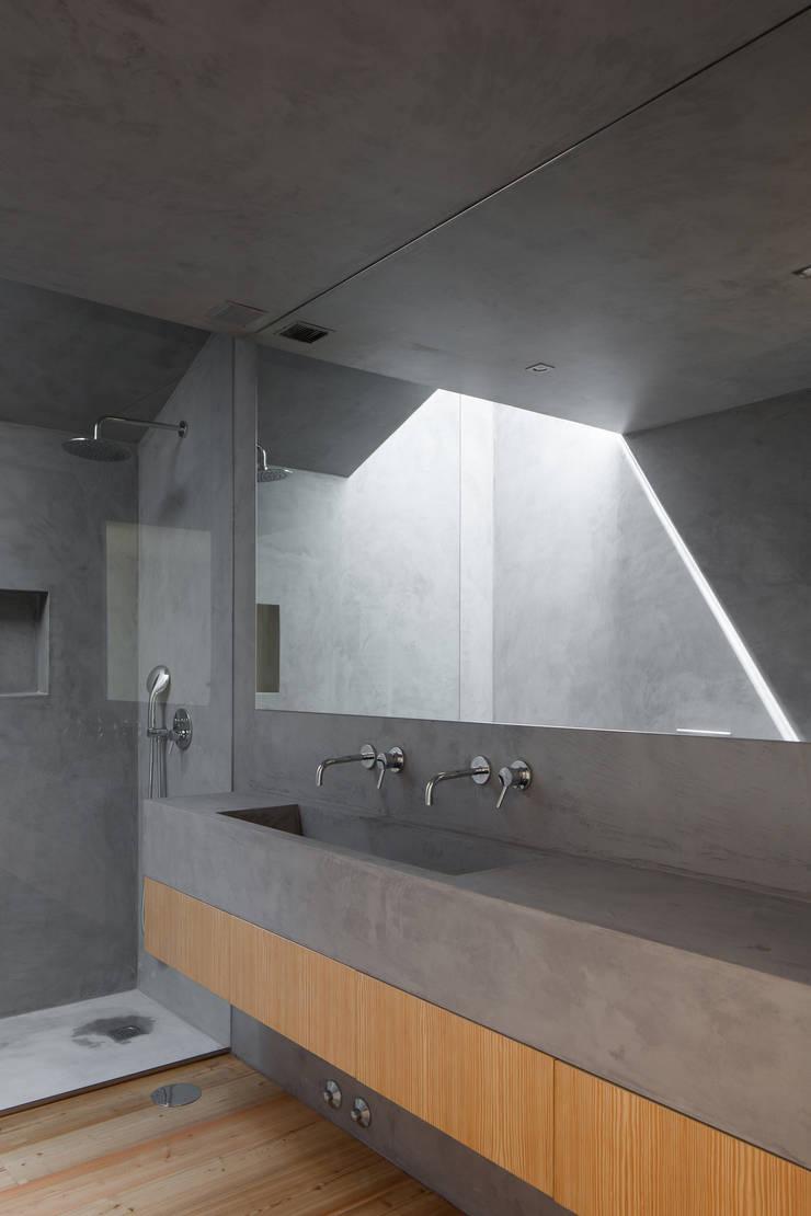 Casa Boavista: Casas de banho  por Pablo Pita Architects,Minimalista