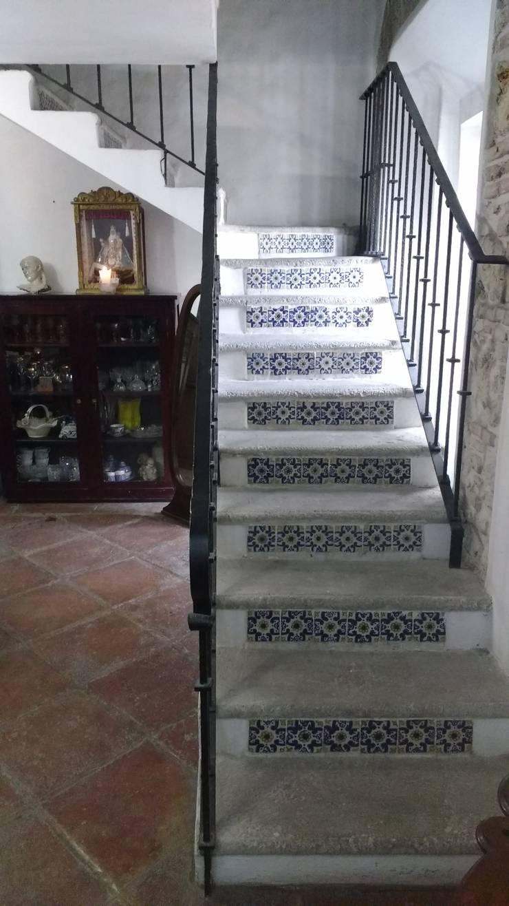 PROPIEDAD CASA DE LA VIRGEN: Pasillos y recibidores de estilo  por RUAH ARQUITECTOS