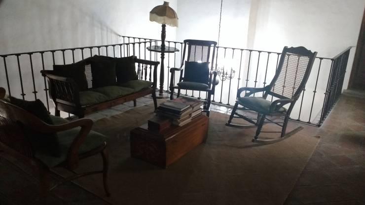 PROPIEDAD CASA DE LA VIRGEN: Salas de estilo  por RUAH ARQUITECTOS