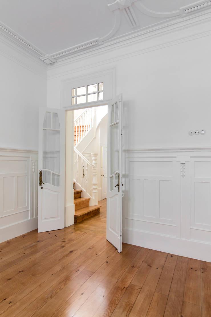 Casa Quinze: Corredores e halls de entrada  por Pablo Pita Architects,Minimalista
