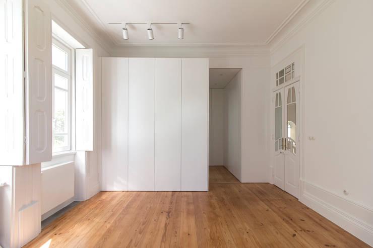 Casa Quinze: Quartos  por Pablo Pita Architects,Minimalista