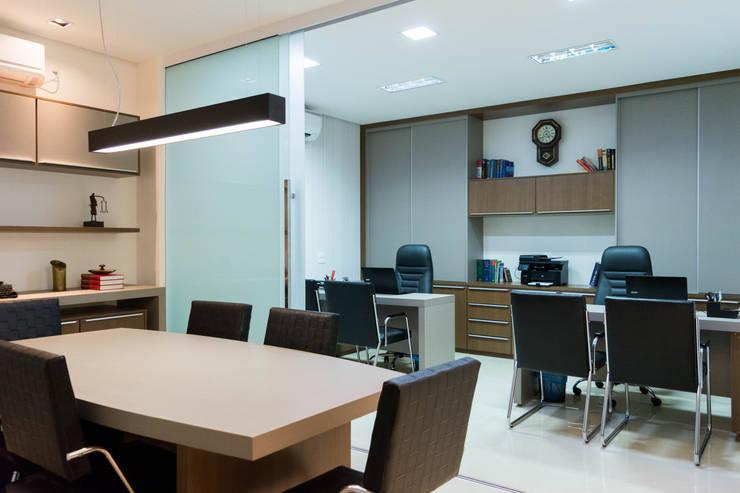 Sala de reunião e sala de trabalho: Lojas e imóveis comerciais  por AT arquitetos