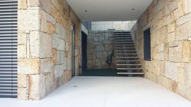 O pátio exterior:   por NORTVIL - Arquitectura e Construção,