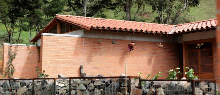 Maison individuelle de style  par BASSICO ARQUITECTOS, Rural Briques
