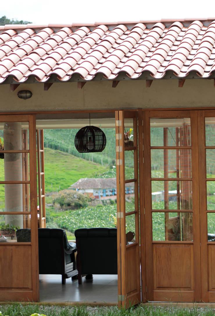 Maison individuelle de style  par BASSICO ARQUITECTOS, Rural Bois Effet bois