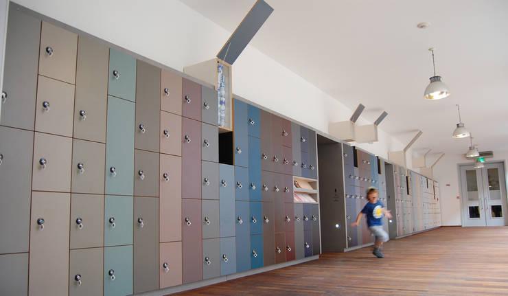Interieur garderobe/bagagezone Bonnefanten Museum Maastricht:  Musea door gorissendeponti ontwerpers + makers