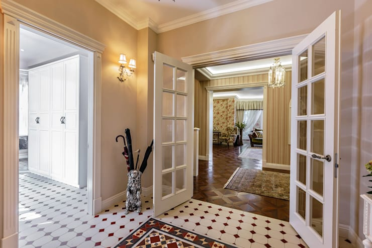 Роскошный интерьер загородного дома в английском стиле: Коридор и прихожая в . Автор – Дизайн бюро Оксаны Моссур