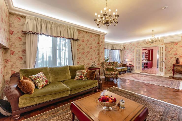 Роскошный интерьер загородного дома в английском стиле: Гостиная в . Автор – Дизайн бюро Оксаны Моссур