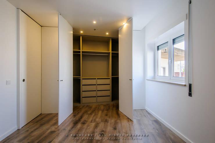 Closets de estilo moderno por NOVACOBE - Construção e Reabilitação, Lda.
