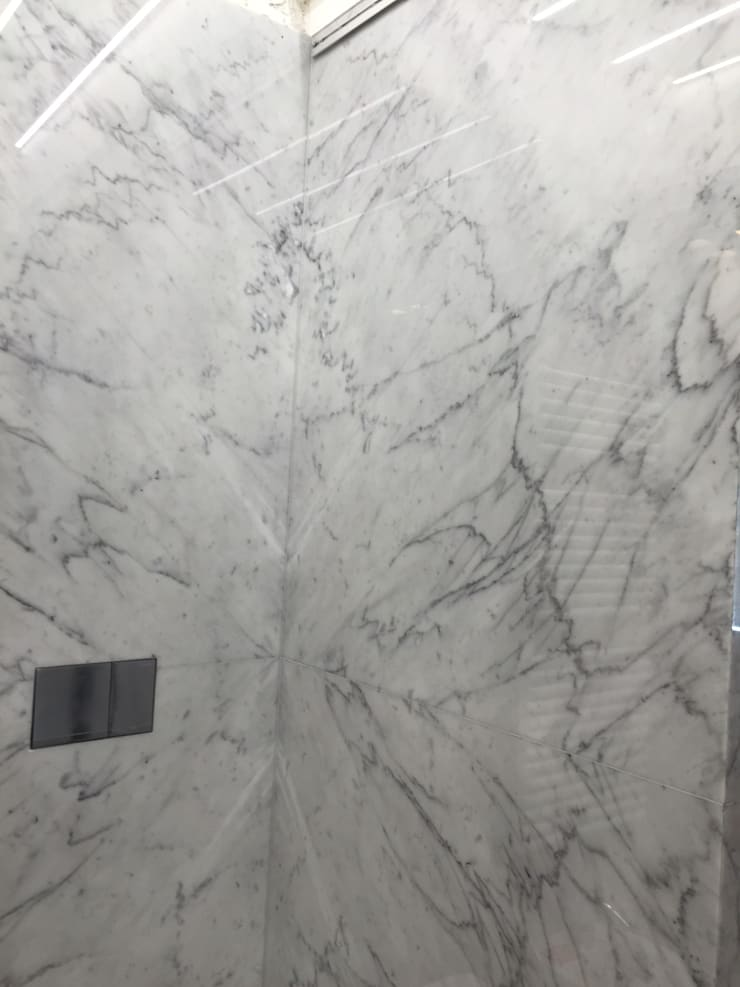 Baño Blanco Carrara:  de estilo  por Giemme Marmi, Clásico Mármol