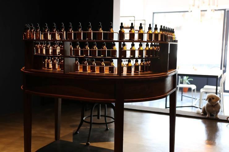 73 Perfumery: Studio 李心田心 스튜디오 이심전심 건축사 사무소의  사무실 공간 & 가게,