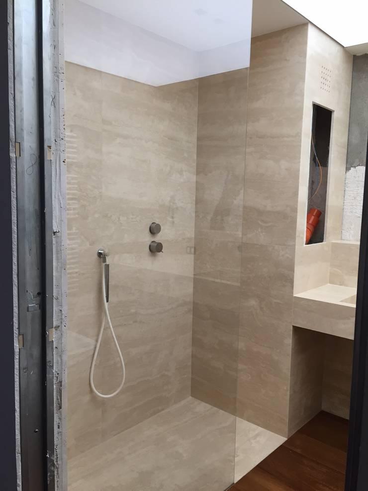Baño Travertino: Baños de estilo  por Giemme Marmi
