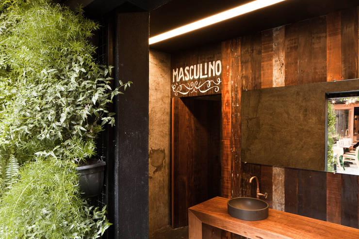 Cabana Burger : Banheiros  por Lodo Barana Arquitetura e Interiores