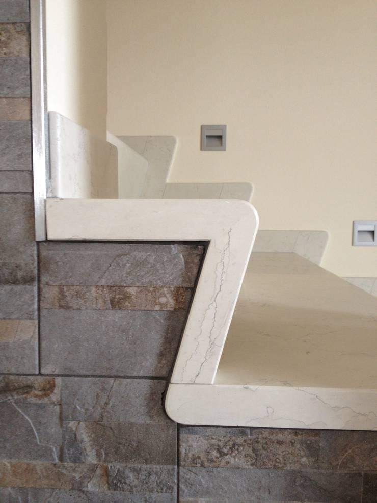 Escalera Blanco Asiago: Hogar de estilo  por Giemme Marmi
