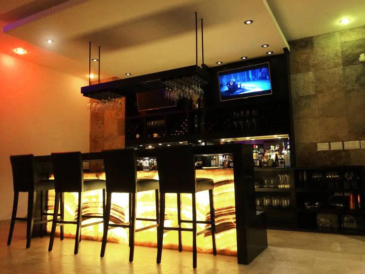 BAR RESIDENCIAL ESCALANTE: Salas de estilo  por COTA ESTÉVEZ ARQUITECTURA , Moderno