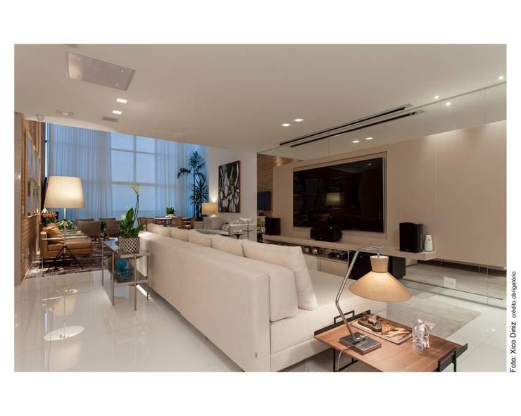Home Theater - Apartamento Panamby: Salas multimídia  por MAGALHÃES E SOUZA ARQUITETOS ASSOCIADOS