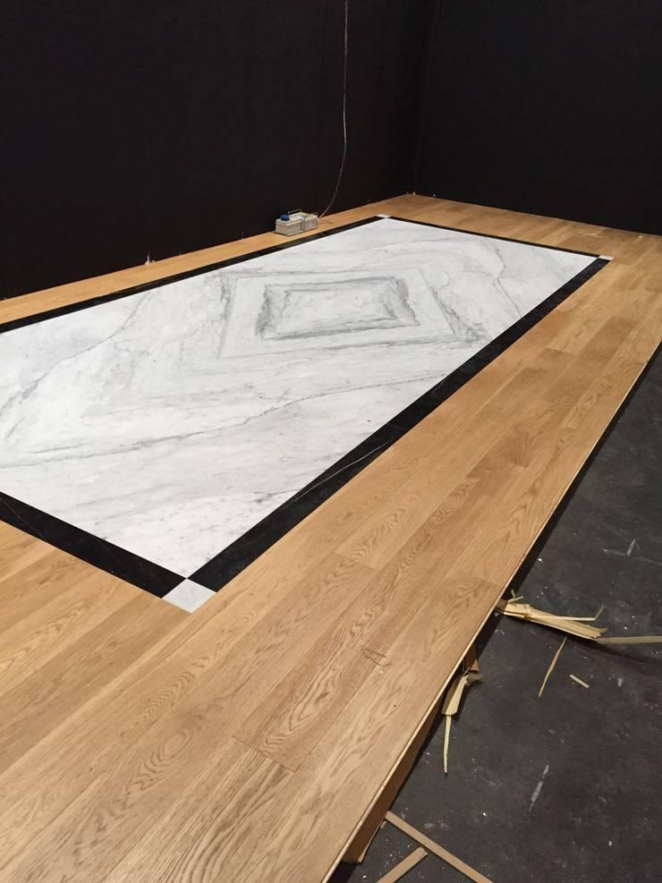 Piso en marmol y madera:  de estilo  por Giemme Marmi, Clásico Mármol