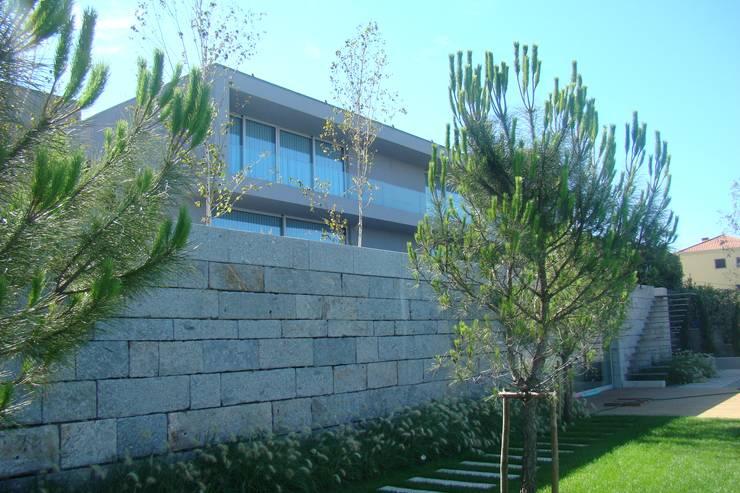 Casa na Lixa _ Felgueiras : Casas  por Amadeu Queirós I Arcolinha arquitectura
