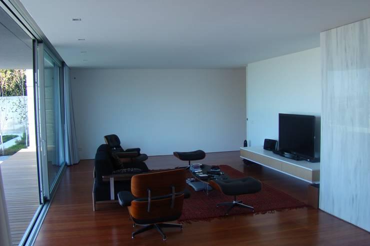 Casa na Lixa _ Felgueiras : Salas de estar  por Amadeu Queirós I Arcolinha arquitectura