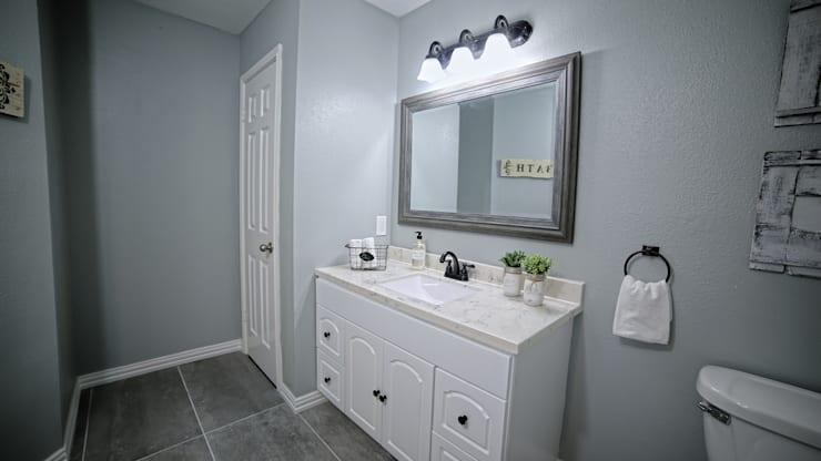 Remodelación Farmhouse en San Antonio TX: Baño principal: Baños de estilo  por Noelia Ünik Designs
