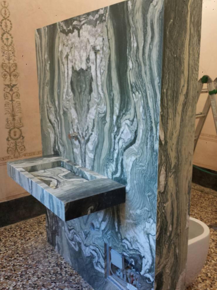 Totem en marmol Cipollino verde: Baños de estilo  por Giemme Marmi