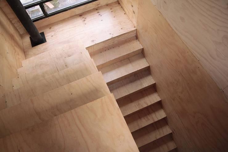 Escalera a Planta Alta: Pasillos y recibidores de estilo  por Paico,